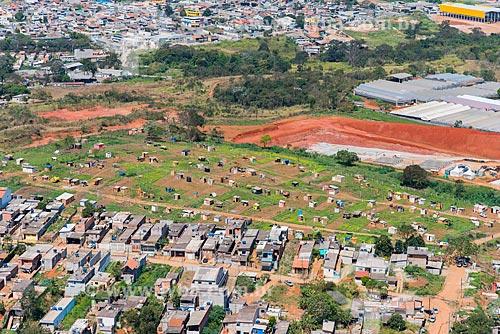 Casas em invasão às margens do Rodoanel Mário Covas - também conhecido como Rodoanel Metropolitano de São Paulo  - Guarulhos - São Paulo (SP) - Brasil