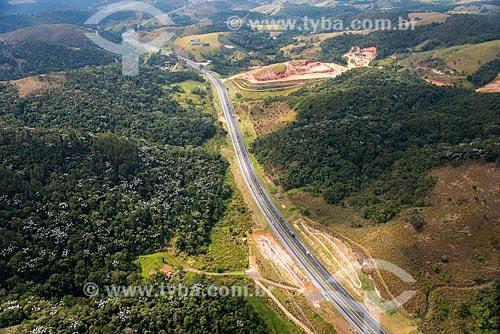 Foto aérea da Rodovia Presidente Dutra (BR-116) próximo à cidade de Santa Isabel  - Santa Isabel - São Paulo (SP) - Brasil