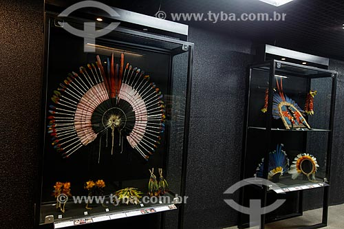 Cocar da etnía Carajá e ao fundo Cocares da etnía Bororó - Museu Homem do Norte - Centro Cultural Povos da Amazônia  - Manaus - Amazonas (AM) - Brasil