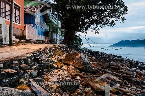 Rua para pedestres no Costão da Praia do Pântano do Sul ao anoitecer  - Florianópolis - Santa Catarina (SC) - Brasil