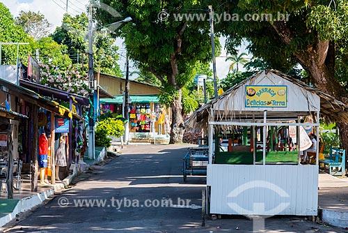 Comércio de artesanato e comida na praça central do distrito de Alter-do-Chão  - Santarém - Pará (PA) - Brasil