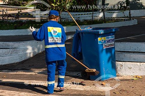 Gari varrendo a praça central do distrito de Alter-do-Chão  - Santarém - Pará (PA) - Brasil
