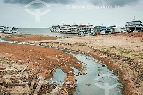 Língua negra às margens do Rio Tapajós com barcos ao fundo  - Santarém - Pará (PA) - Brasil