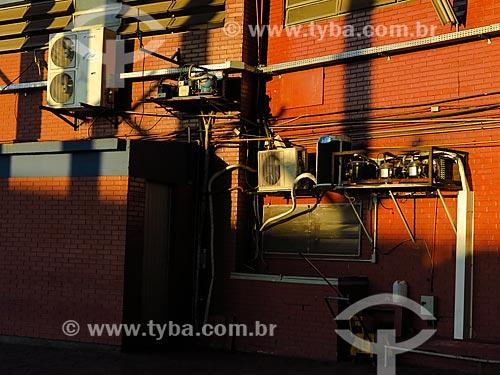 Ar-condicionados tipo split em parede de prédio  - Porto Alegre - Rio Grande do Sul (RS) - Brasil