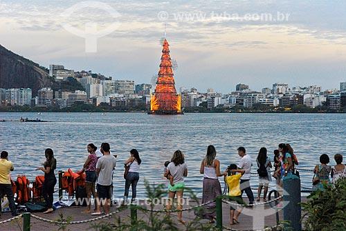 Pessoas observando a árvore de natal da Lagoa Rodrigo de Freitas  - Rio de Janeiro - Rio de Janeiro - Brazil