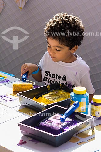Criança brincando de pintura na Quinta da Boa Vista  - Rio de Janeiro - Rio de Janeiro (RJ) - Brasil