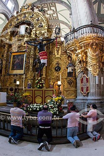 Pessoas rezando no interior de La Catedral Metropolitana de la Ciudad de México (Catedral Metropolitana da Cidade do México) - 1813  - Cidade do México - Distrito Federal - México