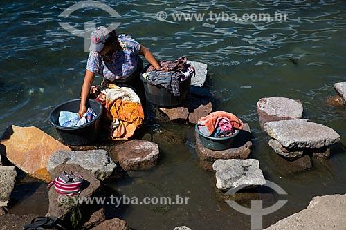 Lavadeira às margens do Lago de Atitlán  - Departamento de Sololá - República de Guatemala
