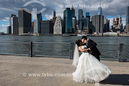 Casal às margens do Rio East  - Cidade de Nova Iorque - Nova Iorque - Estados Unidos