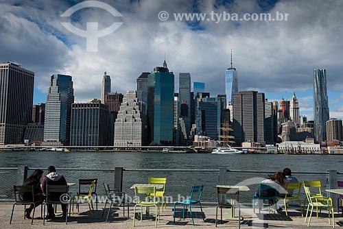Casais às margens do Rio East com os prédios de Manhattan ao fundo  - Cidade de Nova Iorque - Nova Iorque - Estados Unidos