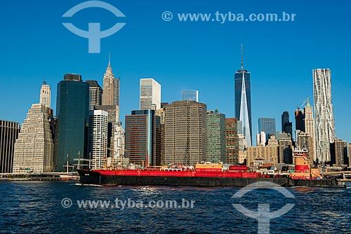 Navio no Rio East com os prédios de Manhattan ao fundo  - Cidade de Nova Iorque - Nova Iorque - Estados Unidos