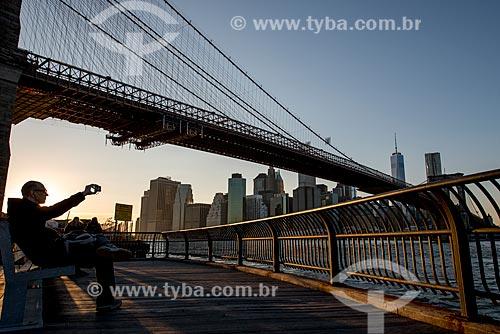 Vista da Ponte do Brooklyn (1883) sobre o Rio East ao entardecer  - Cidade de Nova Iorque - Nova Iorque - Estados Unidos