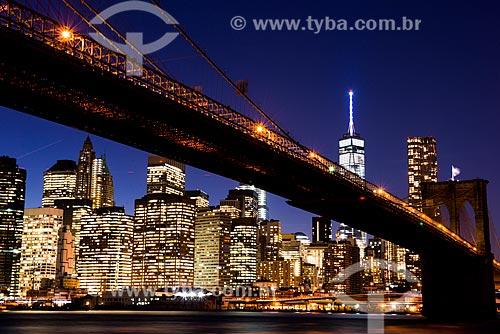 Vista da Ponte do Brooklyn (1883) sobre o Rio East ao anoitecer  - Cidade de Nova Iorque - Nova Iorque - Estados Unidos