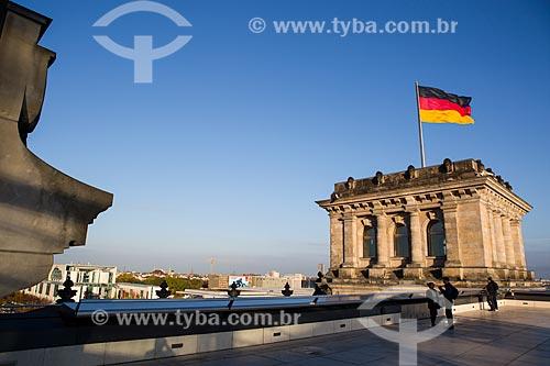 Vista de torre com bandeira na cobertura do Palácio do Reichstag (1894) - sede do Parlamento Alemão  - Berlim - Berlim - Alemanha