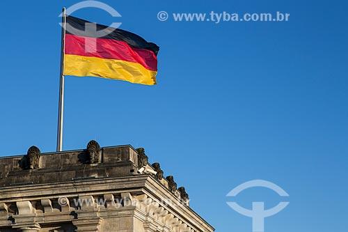 Detalhe de torre com bandeira na cobertura do Palácio do Reichstag (1894) - sede do Parlamento Alemão  - Berlim - Berlim - Alemanha