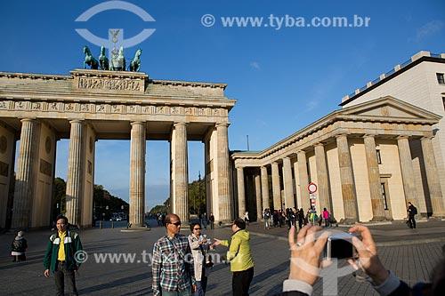 Turistas no Portão de Brandemburgo (século XVIII)  - Berlim - Berlim - Alemanha