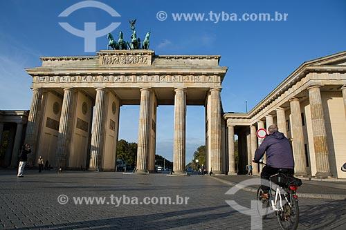 Ciclista próximo ao Portão de Brandemburgo (século XVIII)  - Berlim - Berlim - Alemanha