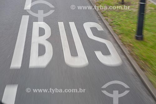 Faixa exclusiva para ônibus em rua de Berlim  - Berlim - Berlim - Alemanha