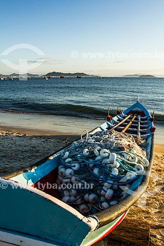 Barco atracado na areia da Praia de Ponta das Canas  - Florianópolis - Santa Catarina (SC) - Brasil