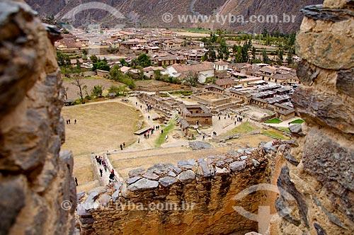 Construção histórica com casas da cidade de Ollantaytambo ao fundo  - Ollantaytambo - Departamento de Cusco - Peru