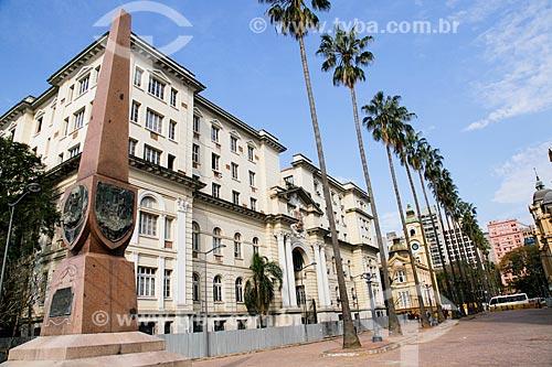 Obelisco do Centenário Farroupilha (1935) com o prédio da Secretaria de Fazenda do Estado ao fundo  - Porto Alegre - Rio Grande do Sul (RS) - Brasil