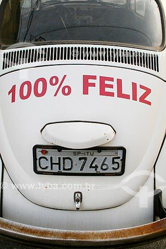 Fusca com adesivo com os dizeres: 100% Feliz  - Itu - São Paulo (SP) - Brasil