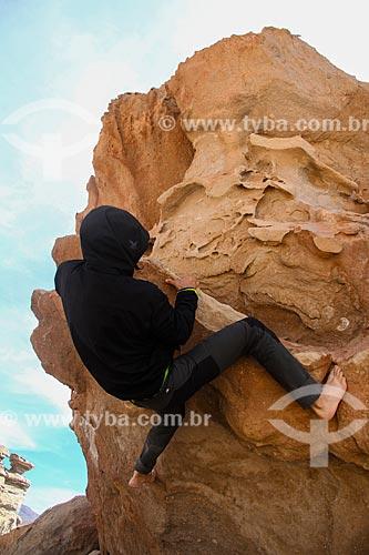 Homem escalando rocha próximo ao Salar de Uyuni  - Uyuni - Departamento Potosí - Bolívia