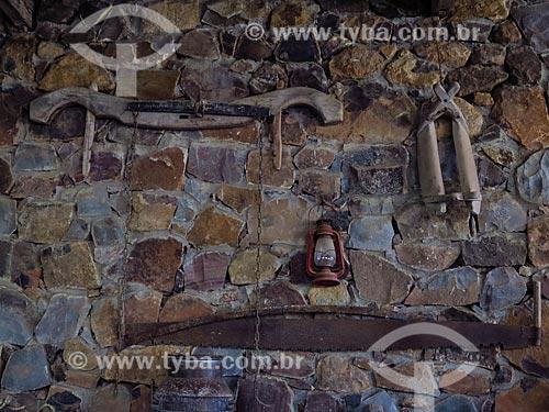 Ferramentas antigas em parede de celeiro  - Gramado - Rio Grande do Sul (RS) - Brasil