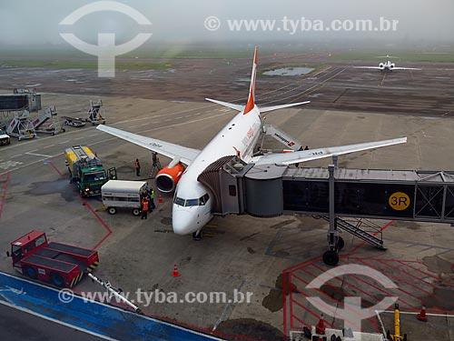 Avião na pista do Aeroporto Internacional Salgado Filho (1940)  - Porto Alegre - Rio Grande do Sul (RS) - Brasil