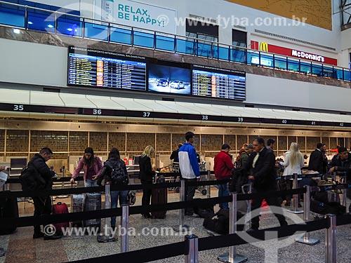 Painel de voos na área de embarque do Terminal 1 do Aeroporto Internacional Salgado Filho (1940)  - Porto Alegre - Rio Grande do Sul (RS) - Brasil