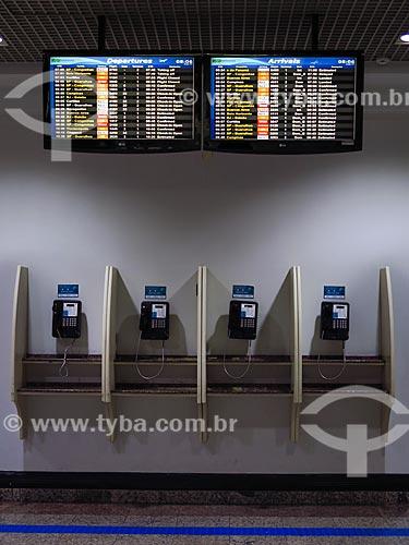 Telefone públicos e painéis de voos na área de embarque do Terminal 1 do Aeroporto Internacional Salgado Filho (1940)  - Porto Alegre - Rio Grande do Sul (RS) - Brasil