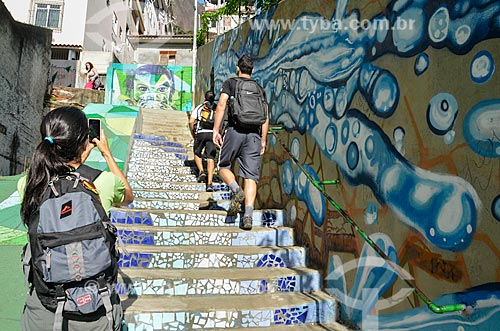 Mulher fotografando na escadaria na favela Ladeira dos Tabajaras  - Rio de Janeiro - Rio de Janeiro (RJ) - Brasil