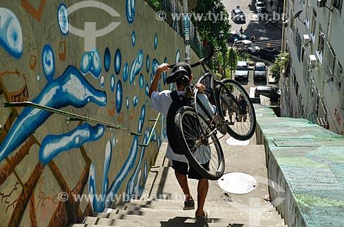 Homem carregando bicicleta na escadaria na favela Ladeira dos Tabajaras  - Rio de Janeiro - Rio de Janeiro (RJ) - Brasil