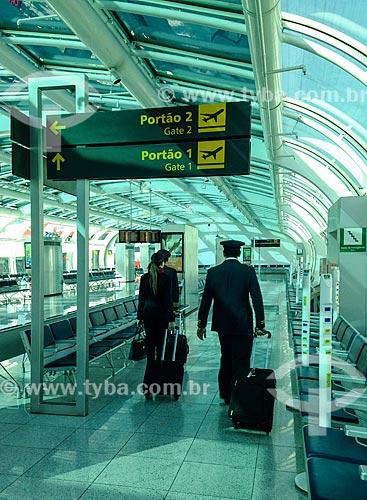 Aeromoça e piloto na área de embarque do Aeroporto Santos Dumont  - Rio de Janeiro - Rio de Janeiro (RJ) - Brasil