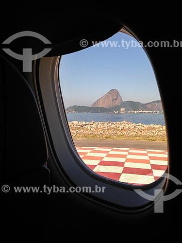 Avião taxiando no Aeroporto Santos Dumont com o Pão de Açúcar ao fundo  - Rio de Janeiro - Rio de Janeiro (RJ) - Brasil