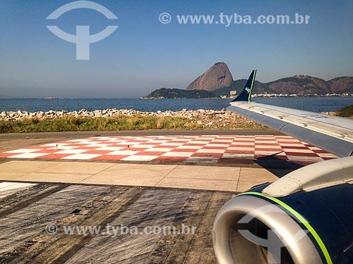 Asa de avião no Aeroporto Santos Dumont com o Pão de Açúcar ao fundo  - Rio de Janeiro - Rio de Janeiro (RJ) - Brasil