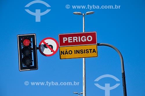 Semáforo com placa indicando sentido proibído  - Rio de Janeiro - Rio de Janeiro (RJ) - Brasil