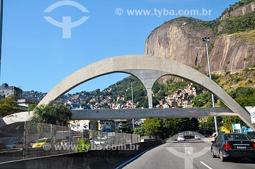 Passarela da Rocinha sobre a Autoestrada Lagoa-Barra  - Rio de Janeiro - Rio de Janeiro (RJ) - Brasil