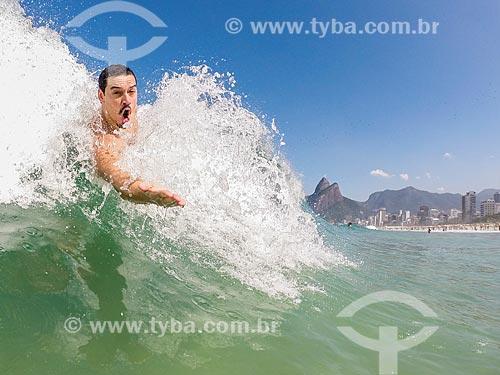 Homem praticando surfe de peito (pegando jacaré) na Praia de Ipanema  - Rio de Janeiro - Rio de Janeiro (RJ) - Brasil