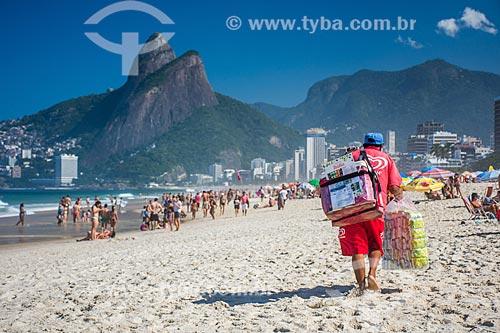 Vendedor ambulante na Praia de Ipanema  - Rio de Janeiro - Rio de Janeiro (RJ) - Brasil