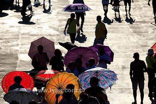 Pessoas protegendo-se do sol com sombrinha  - Manaus - Amazonas (AM) - Brasil