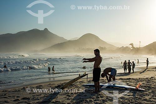 Surfistas na Praia da Macumba durante o pôr do sol  - Rio de Janeiro - Rio de Janeiro (RJ) - Brasil