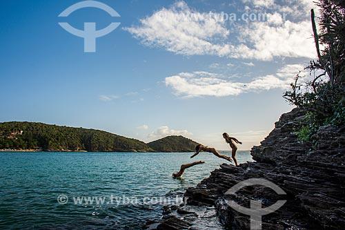 Mulher saltando na Praia de João Fernandinho  - Armação dos Búzios - Rio de Janeiro (RJ) - Brasil