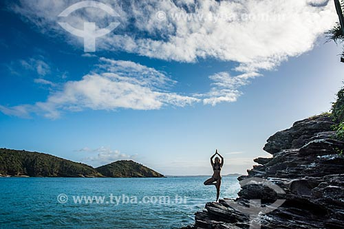 Mulher praticando Yoga na Praia de João Fernandinho - movimento vrksasana (árvore)  - Armação dos Búzios - Rio de Janeiro (RJ) - Brasil
