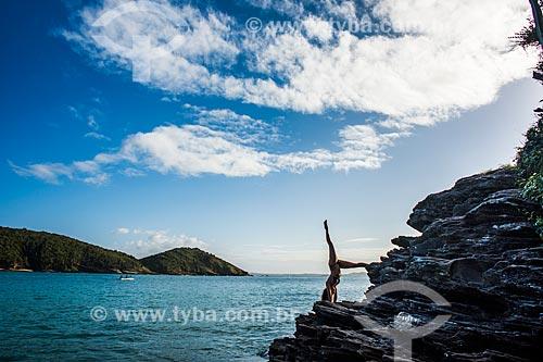 Mulher praticando Yoga na Praia de João Fernandinho  - Armação dos Búzios - Rio de Janeiro (RJ) - Brasil