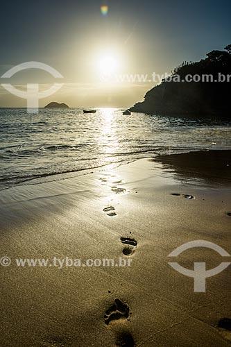 Pôr do sol na Praia de João Fernandinho com pegadas na areia  - Armação dos Búzios - Rio de Janeiro (RJ) - Brasil