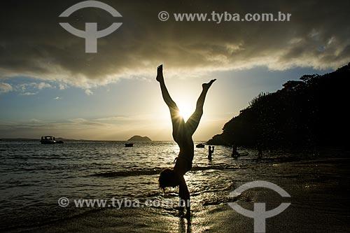 Mulher de cabeça para baixo na Praia de João Fernandinho  - Armação dos Búzios - Rio de Janeiro (RJ) - Brasil