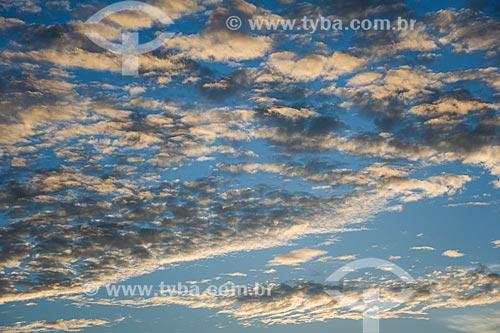 Nuvens na orla da Praia da Ferradurinha durante o pôr do sol  - Armação dos Búzios - Rio de Janeiro (RJ) - Brasil