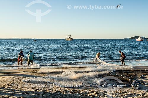 Pescadores na orla da Praia de Canasvieiras  - Florianópolis - Santa Catarina (SC) - Brasil