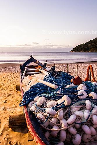 Barco atracado na orla da Praia da Lagoinha  - Florianópolis - Santa Catarina (SC) - Brasil
